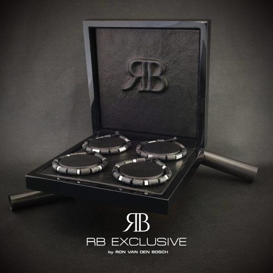 Lederen presentatie voor RB EXCLUSIVE carbon armbanden