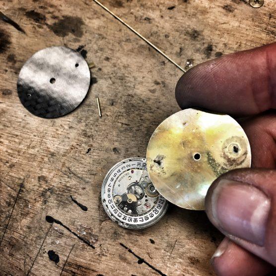 Vervaardigen wijzerplaat voor horloge met automatisch uurwerk