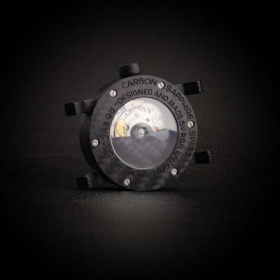 Carbon horloge met Zwitsers automatisch uurwerk achter aanzicht handgemaakt door RB EXCLUSIVE