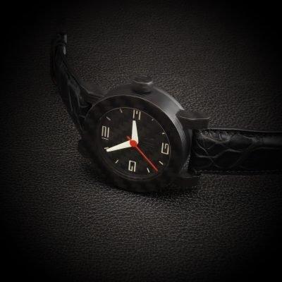 Carbon horloge met Zwitsers automatisch uurwerk vooraanzicht handgemaakt door RB EXCLUSIVE
